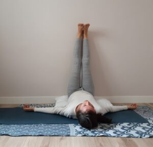 yoga postura piernas sobre la pared
