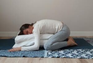 yoga-postura del niño con apoyo/balasana